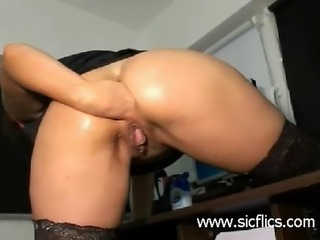 Hot brunette amateur babe digs her fist deep in her asshole till she orgasms