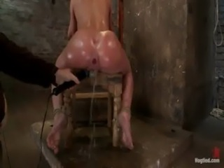 .amy.brooke gets her pussy vibrated and squirts free
