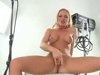 Slutty babe silvia saint enjoys teasing
