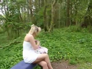Blondi ganz einsam im Wald