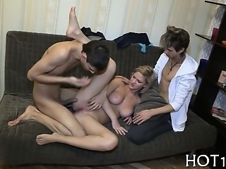 Attractive babe bounds on lengthy dong