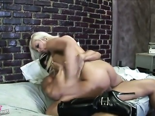 Britney Amber showing nice solo tricks with her new dildo