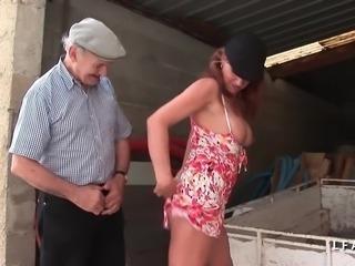 Pute milf aux gros pis enchaine les bites dans le cul