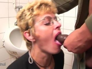 Amateur mature slut gets piss and deep throat