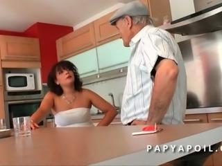 Papy defonce une grosse beurrette aux gros seins