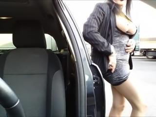 seins nus devant les camions qui defilent