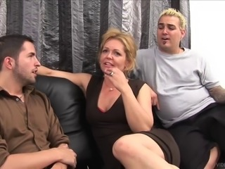 Kelly Leigh gets double penetration in hot mmf threesome banging