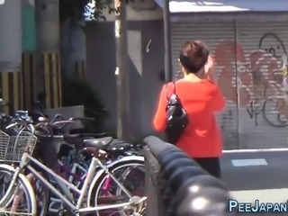 Teen skanks pee outside