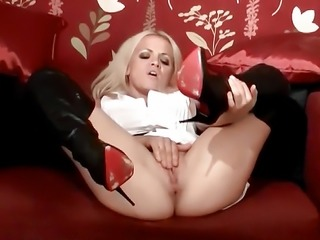 Dirty blonde babe Frankie wanks in sexy black leather boots