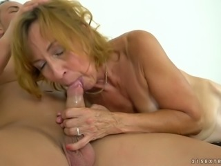 Mature slut Lotty Blue is into pussy banging and she is nasty as fuck