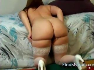 Brunette milf shows her big butt on cam