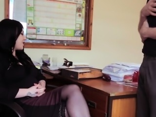 Amateur ho sucks in office
