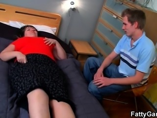 Plumper lures guy into hot sex