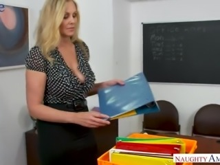 Alluring big breasted office sexpot Julia Ann gets cuni and good fuck on table